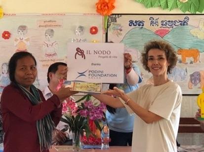 Martina Consegna I Filtri Ad Una Donna Cambogiana