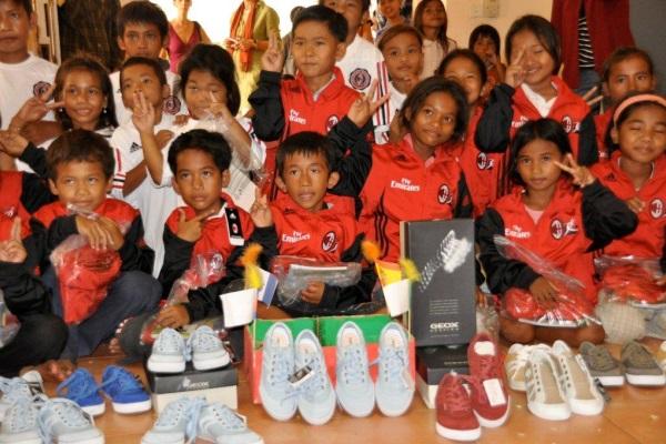 Scarpe E Tute Da Ginnastica Sono State Donate Ai Bambini Della Scuola Della Pace Boeung Penh