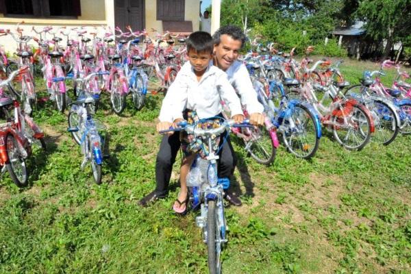 Stellvertretend Für Die Familienstiftung War Stefano Podini An Der Lieferung Von Fahrrädern Beteiligt
