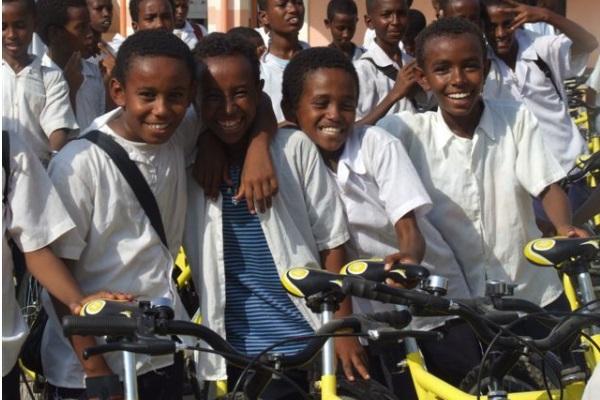 Studenti Felici In Posa Con Le Loro Nuove Biciclette
