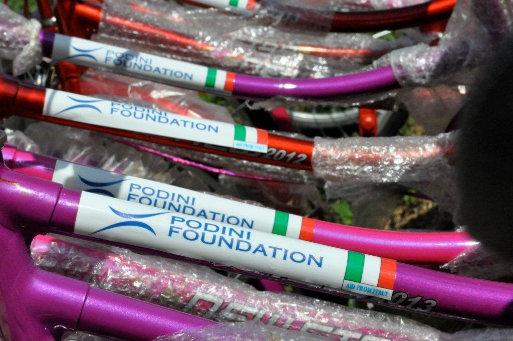 Tutte Le Biciclette Sono Personalizzate Con L'adesivo Della Foundation