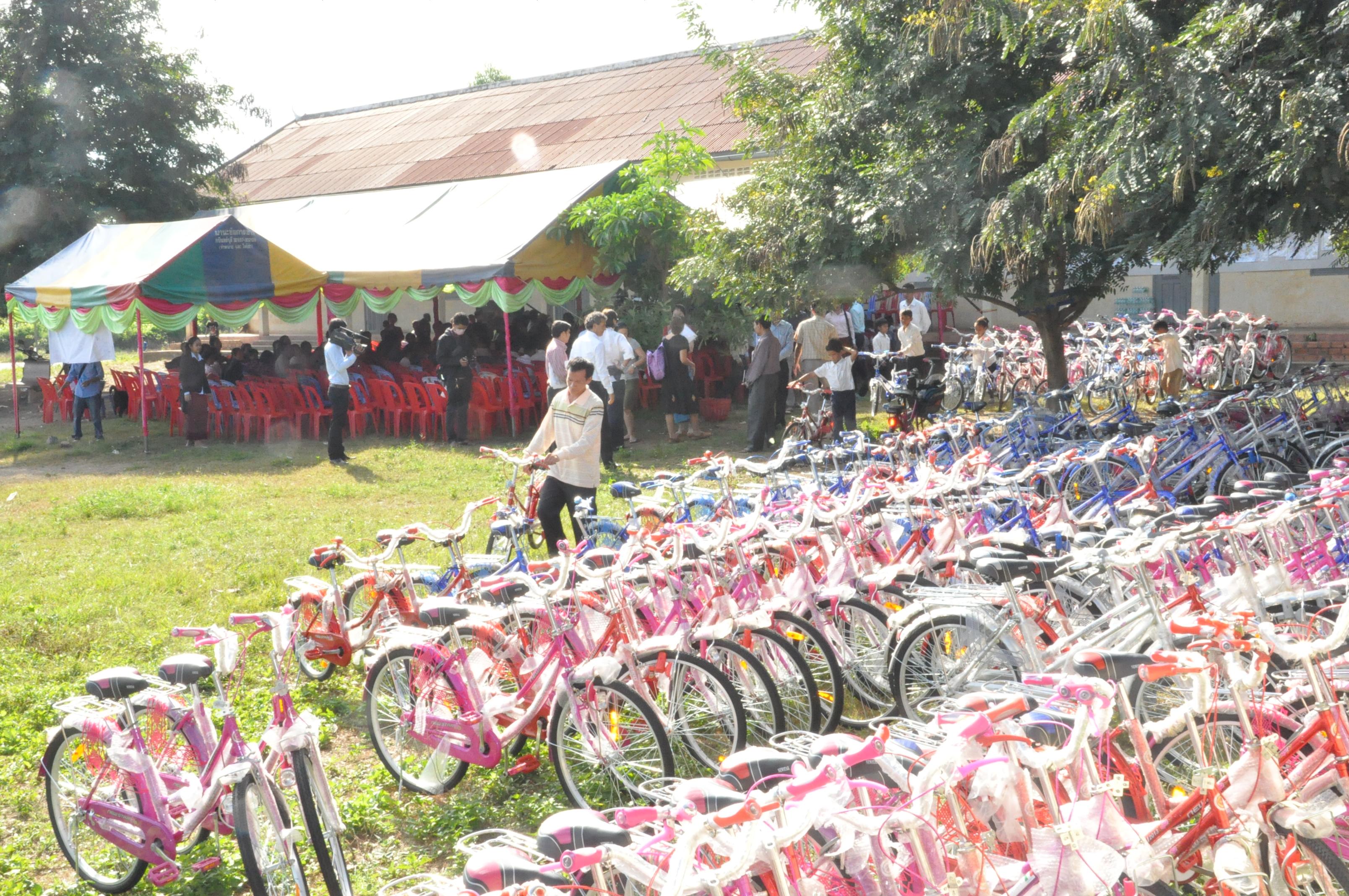 Gruppo Di Biciclette In Attesa Di Essere Consegnate