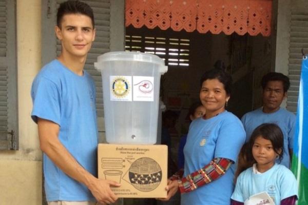 Andrea Consegna I Filtri Ad Una Famiglia Cambogiana