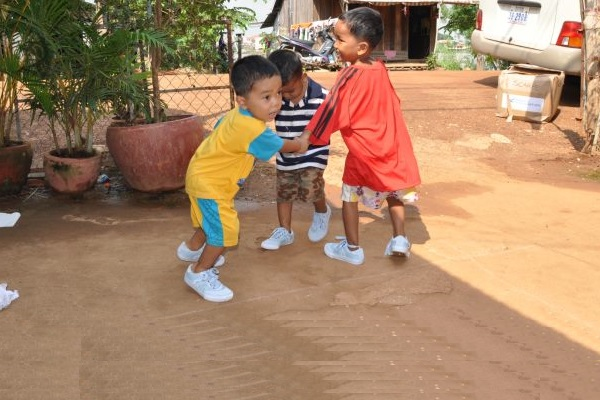 Tre Bambini Giocano Al Girotondo
