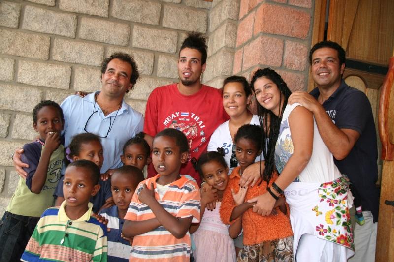 giovanni e alex podini, i figli mattia sophia ed anna insieme ad un gruppo di bambini eritrei