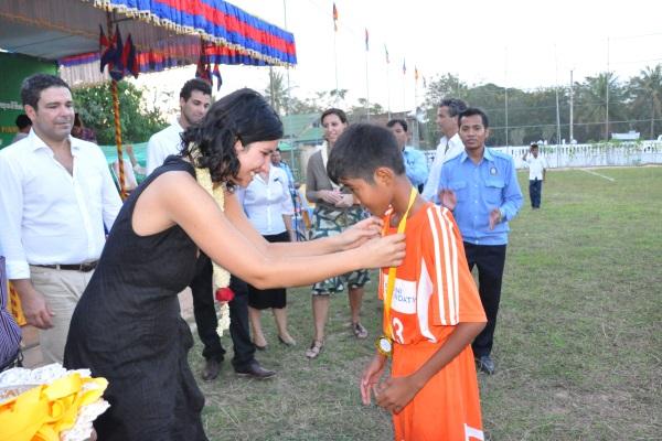 Sophia Podini Premia Un Ragazzo Cambogiano