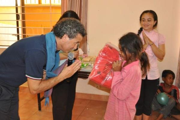 Stefano Podini Consegna Materiale Sportivo Ad Una Bambina Cambogiana